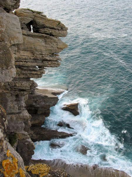 De zee spat tegen de rotsen