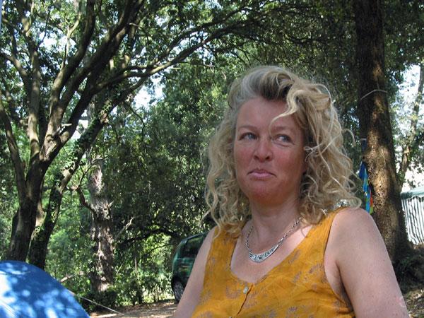 Sylvia in de schaduw tussen de bomen