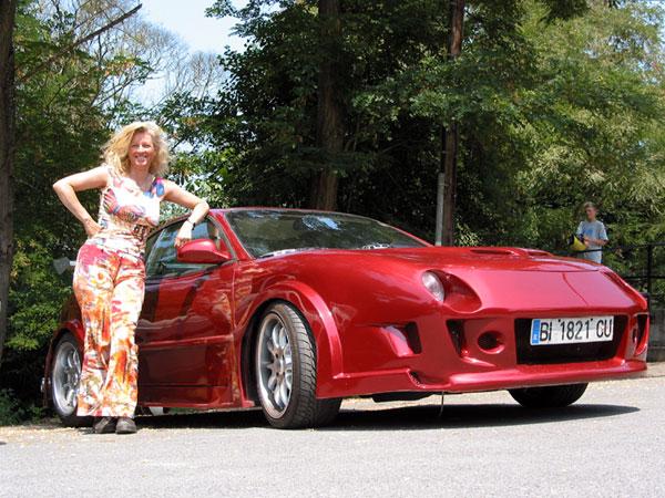Sportauto met Sylvia ernaast