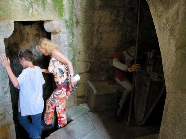 Pieter en Sylvia lopen trapaf; pop in Middeleeuwse kledij zichtbaar