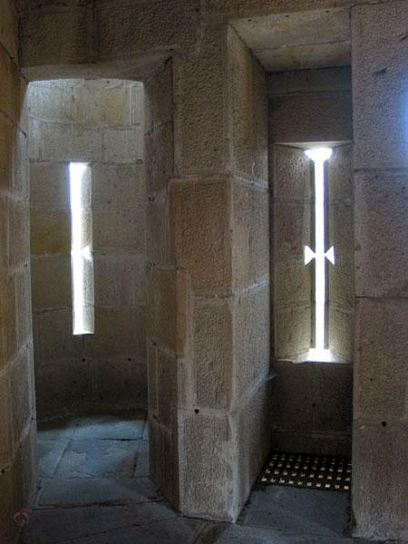 Smalle hoge opening in dikke muur