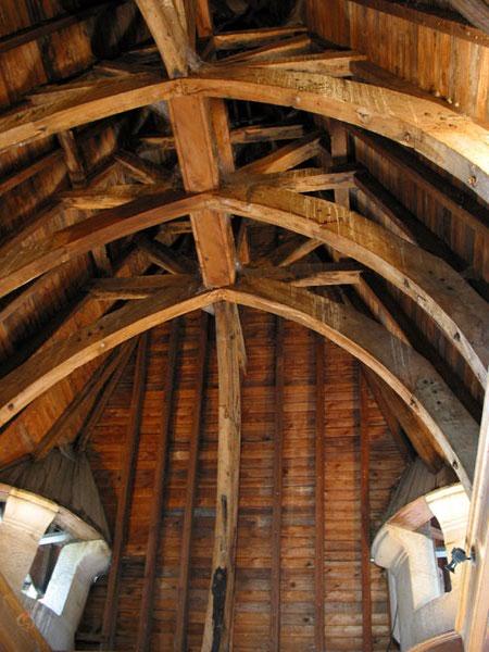 Boogvormig plafond van gebogen houten balken