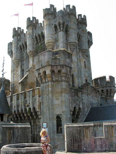 Torentjes en kantelen, met vlaggen bovenaan