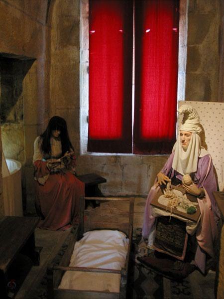 Tefereel met Middeleeuws geklede vrouwen bij een wiegje