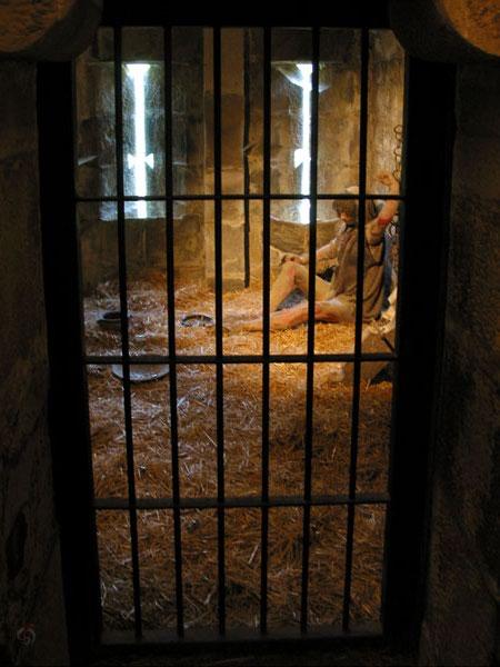 Gevangenis met gevangene, geketend in het stro