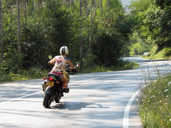 Bochtige weg, Sylvia met blote armen op de motor