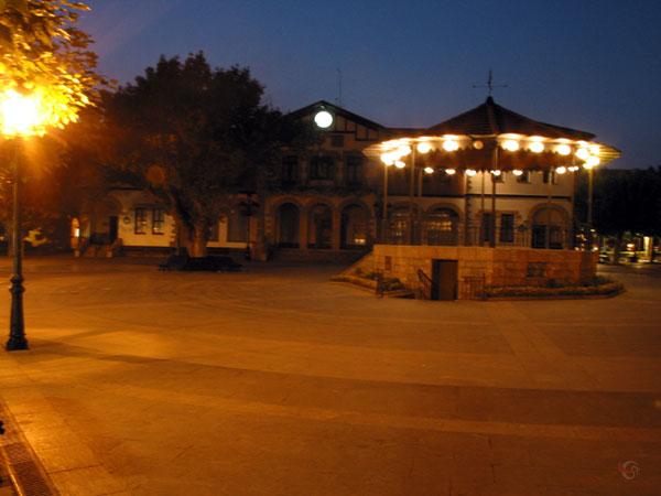 Verlichtte muziektent op leeg plein