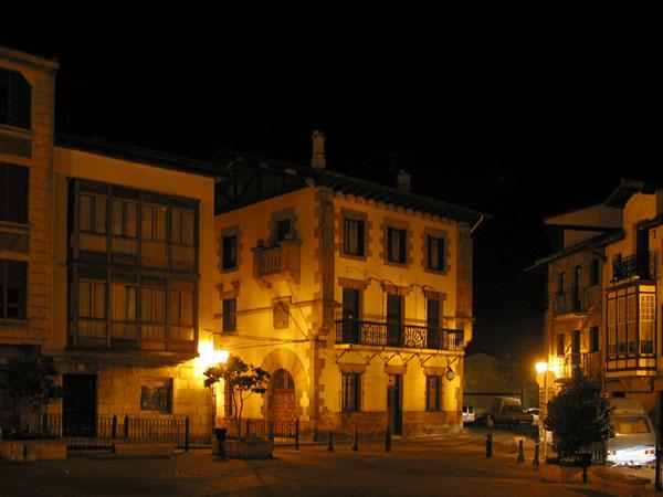 Huizen rond plein