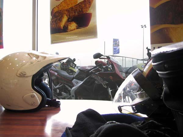 Helmen op tafel en zicht op de motoren