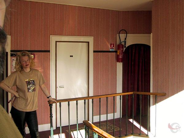 Sylvia bovenaan trap in hotelletje