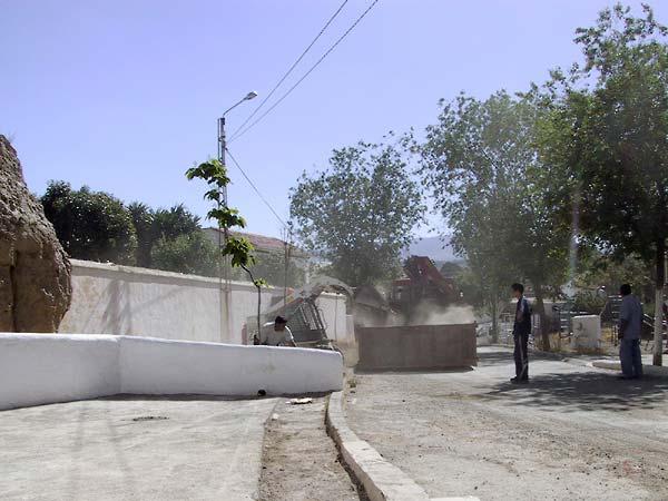 Wegwerkzaamheden bij wit muurtje in de grottenwijk