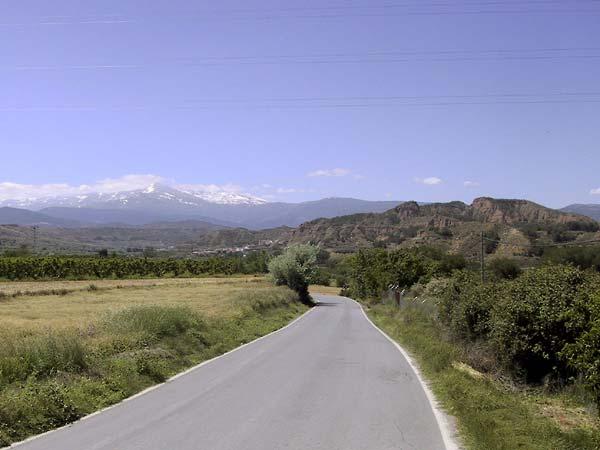 Besneeuwde Sierra Nevada, boomgaarden, en rode rotsen