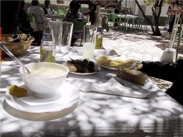 Koude soep, gehaktballetjes, aardappelkroketjes, brood, van alles
