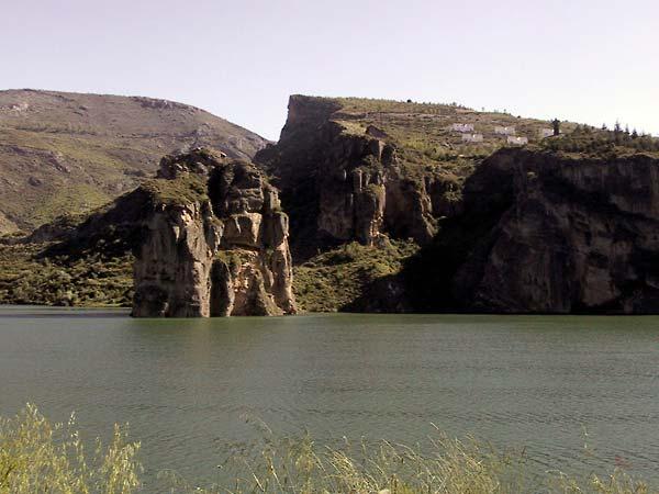 Stuwmeer met rotseiland dat lodrecht uitsteekt