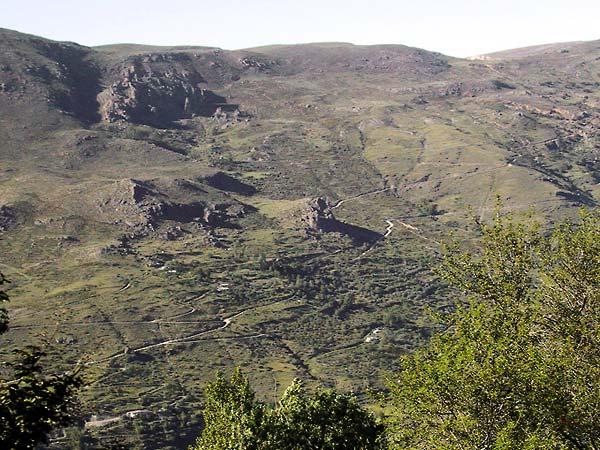 Kriskras paden over de berghellingen