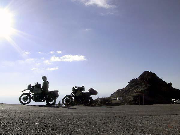 De twee motoren op het laatste stukje asfalt hoog in de Sierra Nevada