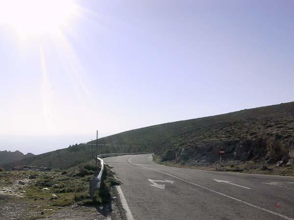 Prachtig bochtig asfalt langs de bergflank