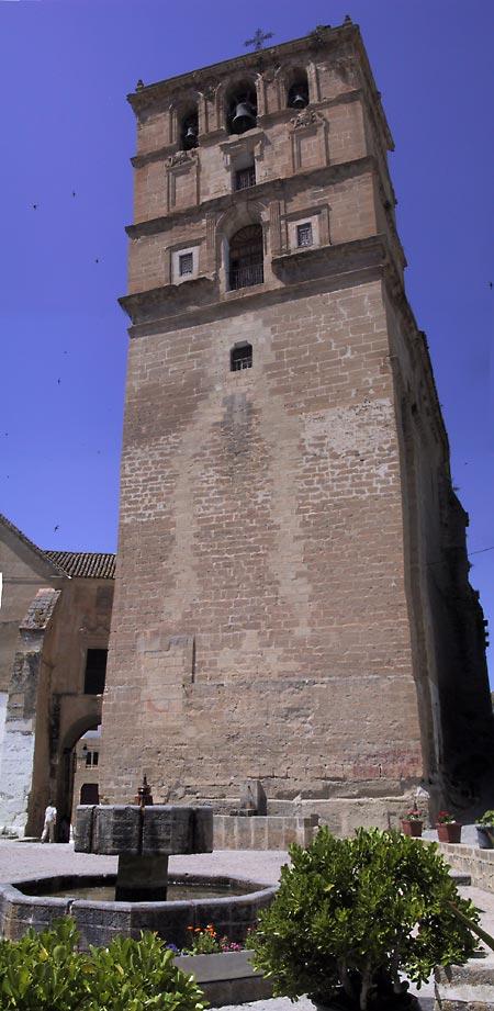 Bakstenen vierkante toren, met klokkenspel boevnin