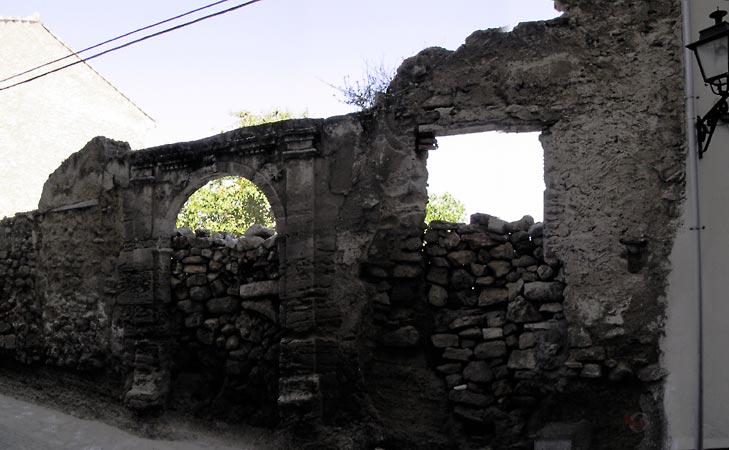 Stuk muur, met openingen, van wat ooit een huis was