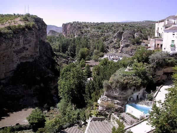 De kloof van boven, huizen bovenop de rand, zwembadje in een tuin