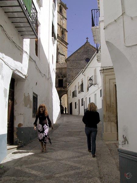 Steegje tussen witte huizen, met Andalusische schone en Sylvia