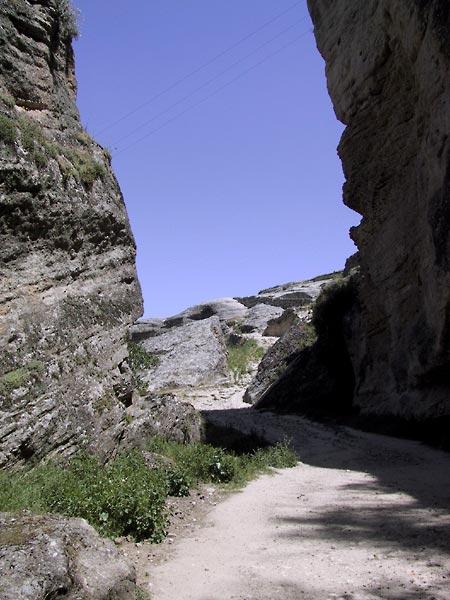 Pad over de bodem van de kloof, rotswanden aan weerszijden