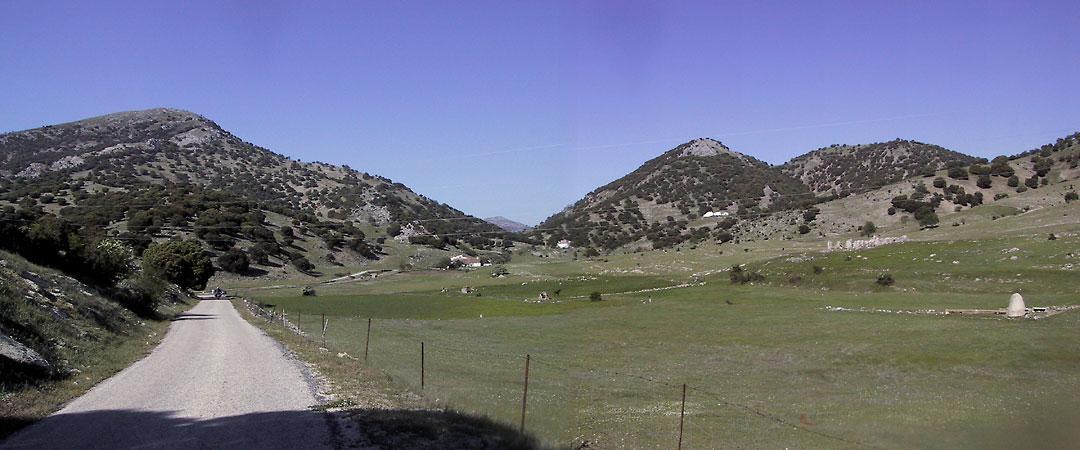 Weggetje op weg naar bergen, langs grasland