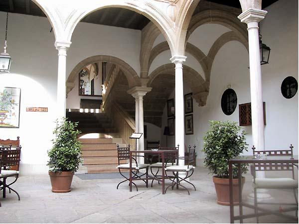 Binnenplaats met bogen en elegante zuilen