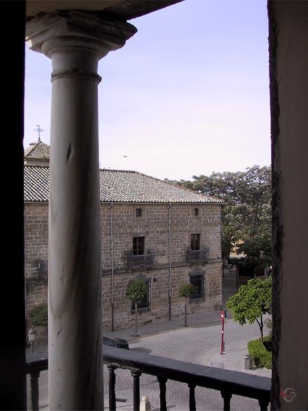Langs zuiltje zicht op plein en bakstenen renaissancehuis