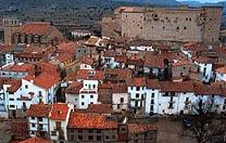 Witte huizen, rode daken en groot kasteelachtig gebouw