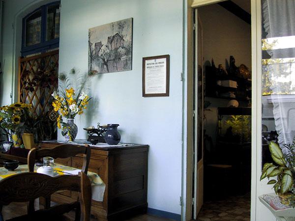 Eetkamer met pauwenveren, bloemen en mooie houten deuren