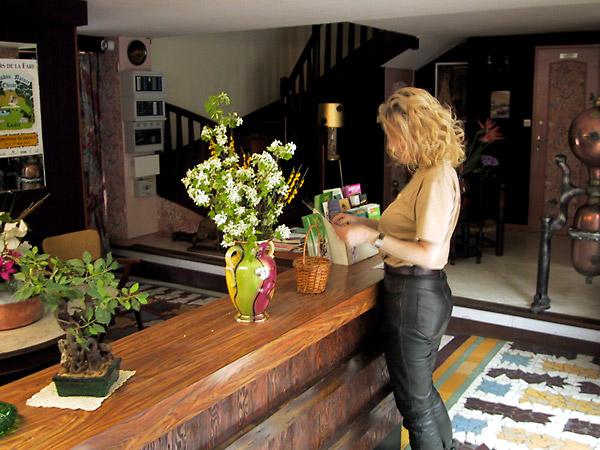 Lobby met gekleurde tegels op de vloer en bloemen in vazen