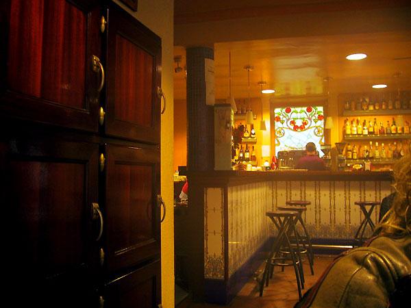 Gouden licht valt op de bar van het cafe