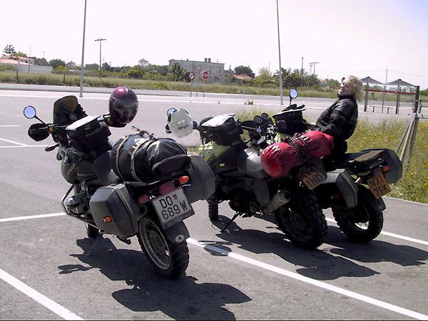 Drie GSsen op een parkeerplaats, met Syl op die van haar