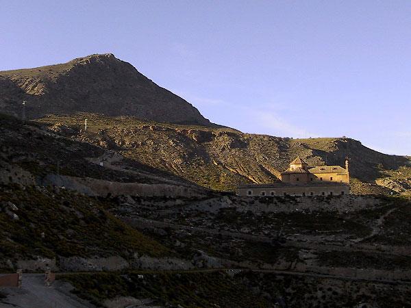 Kale berg, haarspeldend weggetje naar boven, en gebouw halverwege