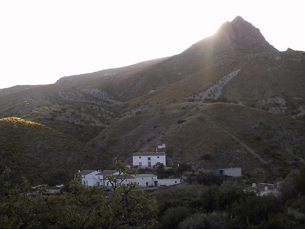 Witte huizen in de schaduw van hun berg