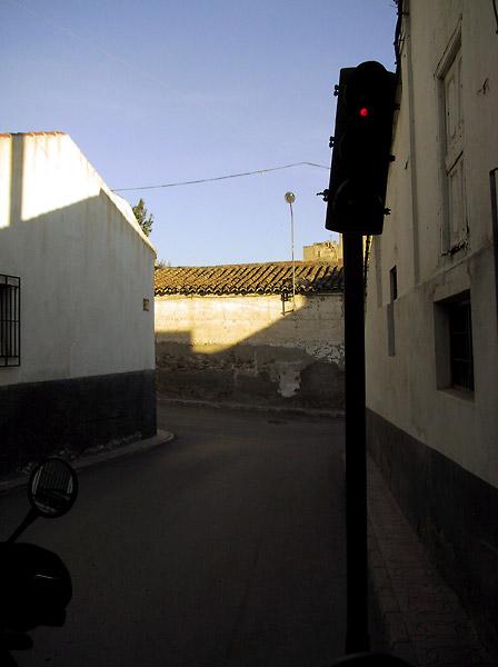 Heel smal straatje met scheefstaand stoplicht