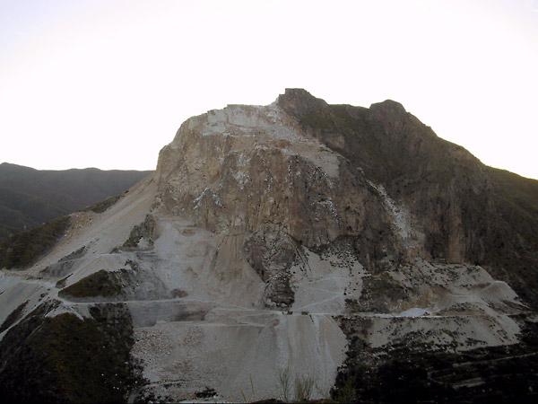 Witte berg wordt afgegraven