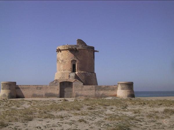 Onderstuk van ronde toren, met daarachter de zee