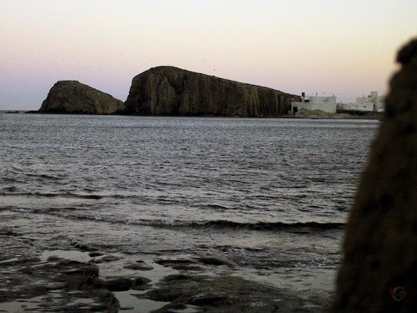 Een soort mini-Gibraltar rots met daarvoor een rotseiland