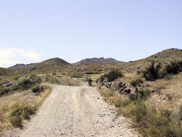 Onverhard door droge heuvels