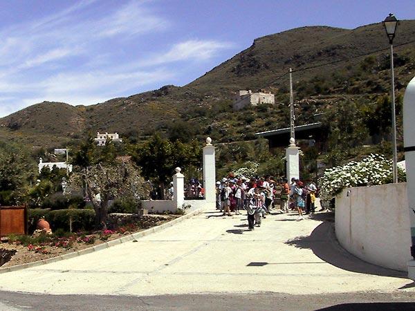 Schoolklas in wit dorp