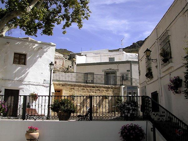 Witte huizen tegen helling