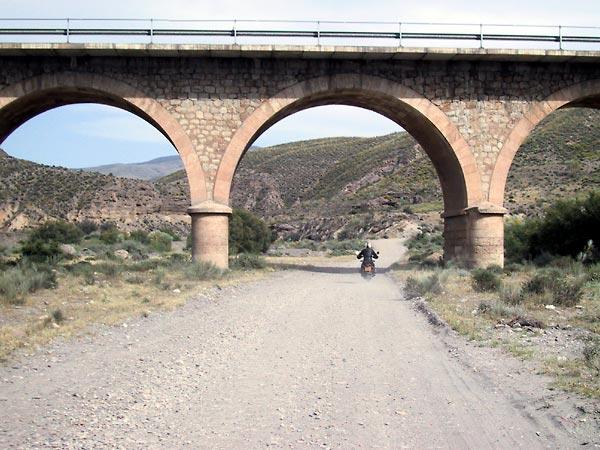 Onverhard onder viaduct door