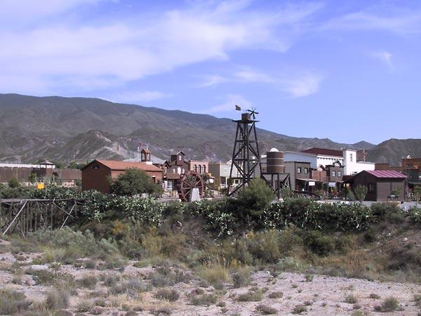 Western stadje met waterrad, windmolen, schooltje