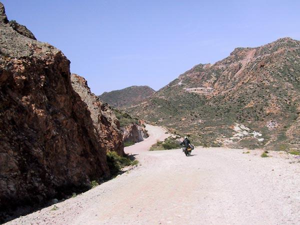 Onverharde weg tussen rode bergen