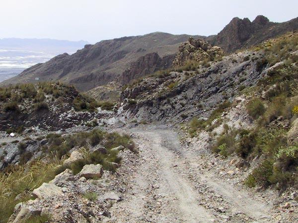 Bocht in de puinweg, woeste rotsen ernaast