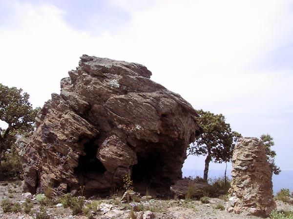 Vreemd gevormde gelaagde rotsformatie