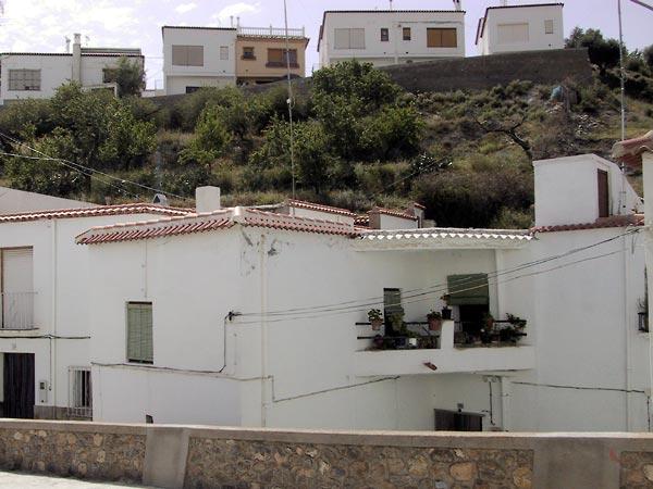 Witte huizen, dakterrassen en rode halfronde dakpannen