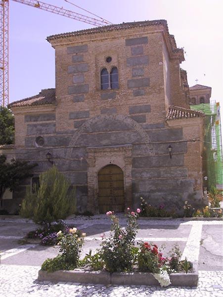 Bakstenen Romaanse kerk met kraan erboven